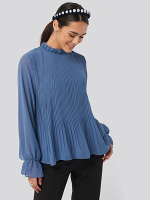NA-KD High Neck Pleated Blouse blå