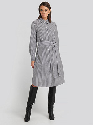 NA-KD Classic Belted Midi Shirt Dress vit grå