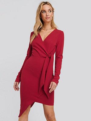 NA-KD Party Asymmetric Hem Mini Dress röd