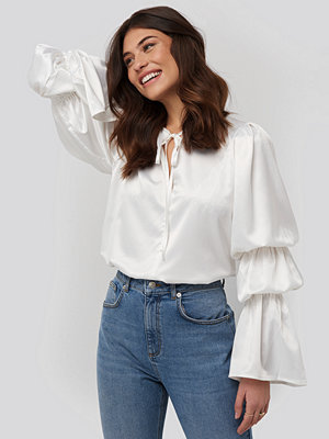 Blusar - NA-KD Gathered Fluted Sleeve Blouse vit