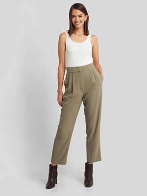 NA-KD Classic omönstrade byxor Loose Fit Cropped Pants grön