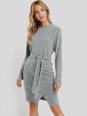 NA-KD Light Knitted Belted Dress grå