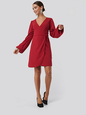 NA-KD Overlap Balloon Sleeve Dress röd