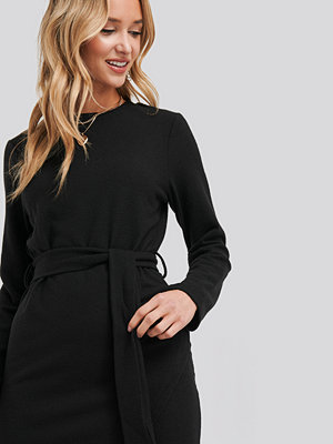 NA-KD Light Knitted Belted Dress svart
