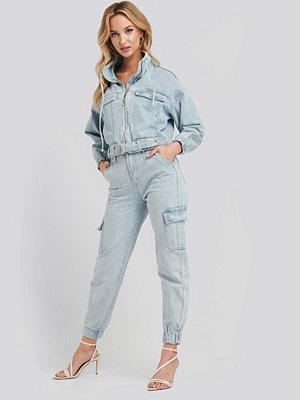 Adika x NA-KD ljusgrå byxor Stella Denim Cargo Pants blå
