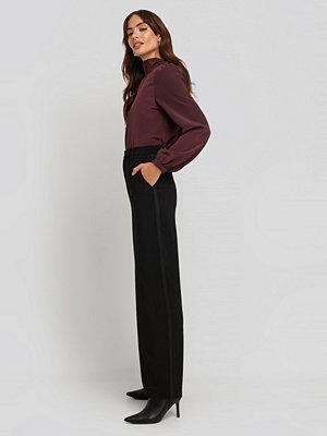 NA-KD Classic svarta byxor Satin Detail Pants svart