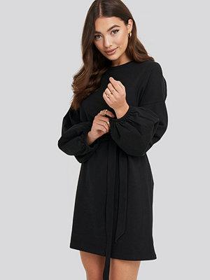 NA-KD Balloon Sleeve Belted Dress svart