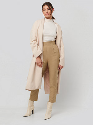 NA-KD omönstrade byxor High Waist Straight Pants beige