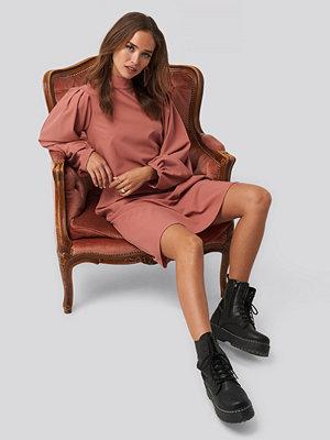 NA-KD Trend High Neck Long Sleeve Shift Dress rosa