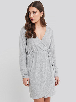 NA-KD Overlap Light Knitted Dress grå