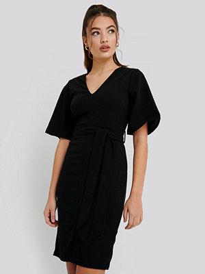 NA-KD Front Slit Belted Dress svart