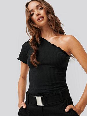 Erica Kvam x NA-KD One Shoulder Babylock Detail Top svart