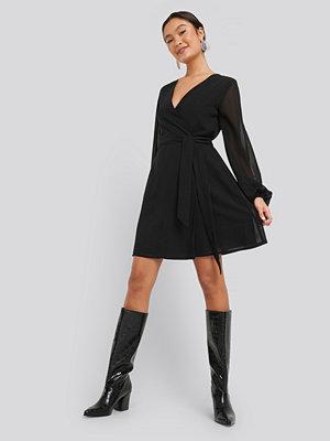NA-KD Chiffon Overlap Dress svart