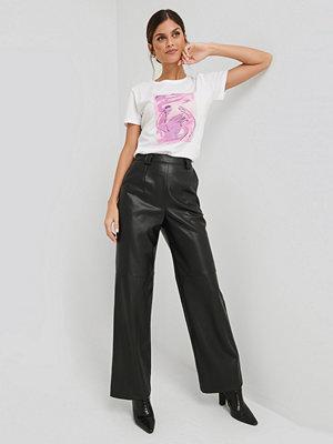 NA-KD Trend svarta byxor PU Wide Leg Pants svart
