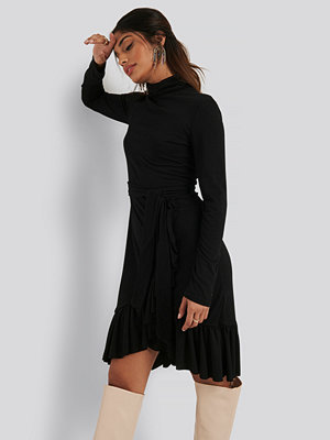 NA-KD Flounce Polo Dress svart