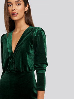 Trendyol Deep Neckline Velvet Dress grön