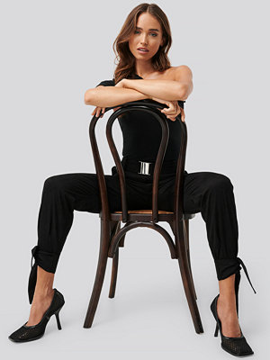 Erica Kvam x NA-KD svarta byxor Knot Detail Cargo Pants svart