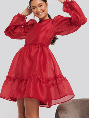 NA-KD Party Organza Puff Sleeve Dress röd
