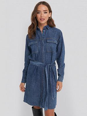 NA-KD Belted Denim Dress blå