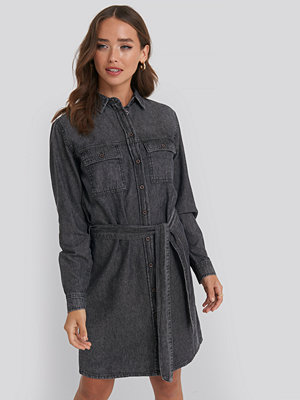 NA-KD Belted Denim Dress svart