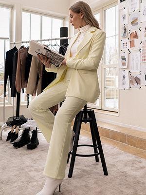 Erica Kvam x NA-KD omönstrade byxor Highwaisted Suit Pants gul