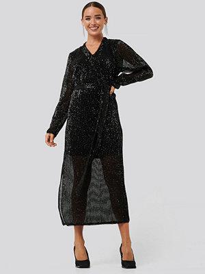 NA-KD Party Sequin V-Neck Tie Waist Dress svart