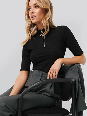NA-KD Ribbed High Neck Top svart