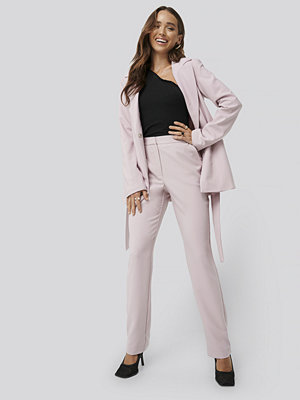 Erica Kvam x NA-KD ljusgrå byxor Straight Suiting Pants rosa