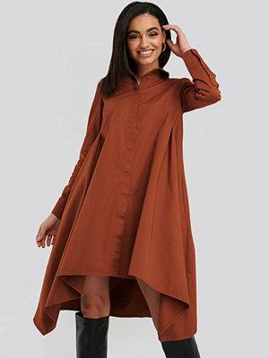 NA-KD Asymmetrical Shirt Dress röd