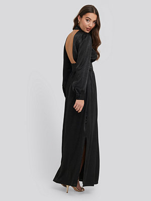 NA-KD Party High Neck Open Back Maxi Dress svart