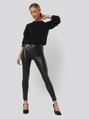 Sara Sieppi x NA-KD svarta byxor PU Slim Pants svart