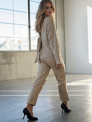 Hanna Schönberg x NA-KD omönstrade byxor Straight Faux Leather Pants beige
