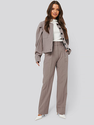 NA-KD Classic grå byxor Creased High Rise Suit Pants brun