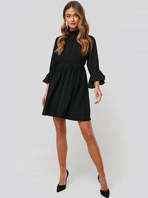 NA-KD Boho High Neck Flare Mini Dress svart