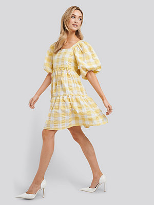 NA-KD Trend Puff Sleeve Smock Mini Dress vit gul