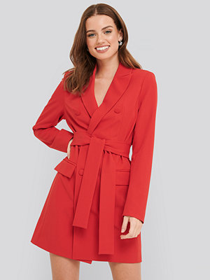 NA-KD Classic Belted Double Breasted Blazer Dress röd