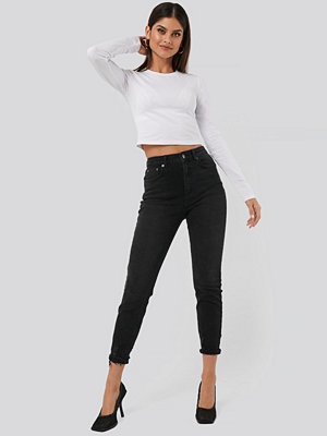 NA-KD Distressed Hem Mom Jeans svart