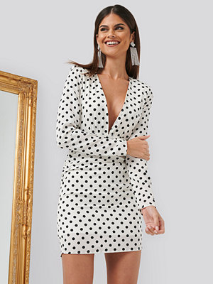 Chloé B x NA-KD Gathered Dotted Dress vit