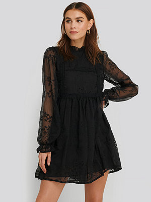 NA-KD Boho Frill Neck Embroidery Dress svart