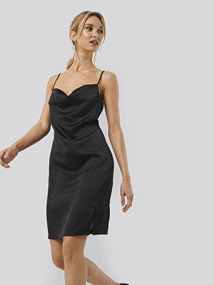Monica Geuze x NA-KD Waterfall Slip Dress svart