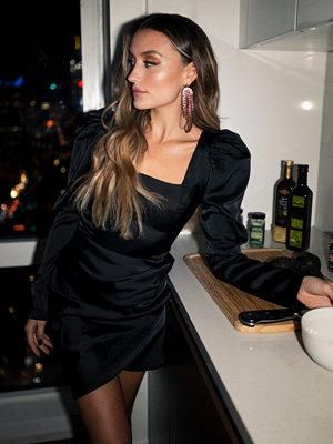 Chloé B x NA-KD Square Neck Puff Sleeve Dress svart
