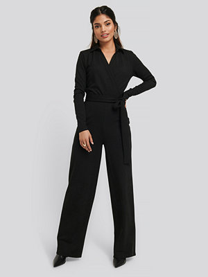 Jumpsuits & playsuits - NA-KD Point Collar Wrap Jersey Jumpsuit svart