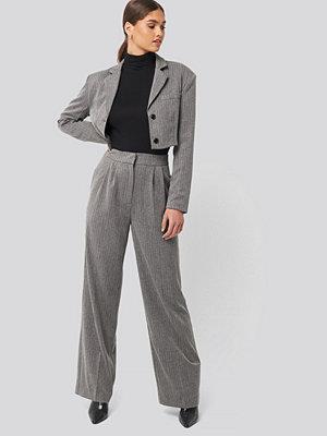 NA-KD Classic Double Darted Wide Leg Pants grå byxor