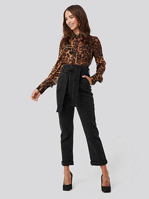 NA-KD Belted Paperbag Turn Up Jeans svart