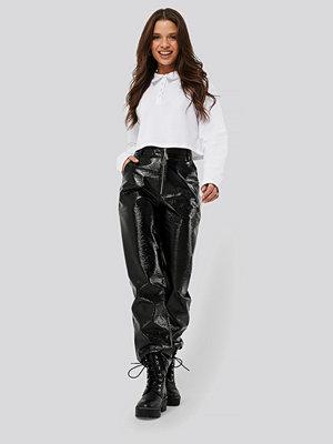 Nicci Hernestig x NA-KD svarta byxor Patent Zipper Pants svart