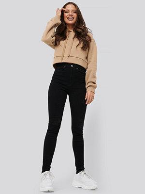 Nicci Hernestig x NA-KD Slim Ripped Jeans svart