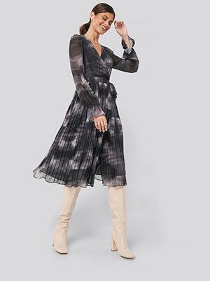 NA-KD Trend Tie-Dye Midi Pleated Dress grå