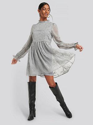 Festklänningar - NA-KD Boho Frill Neck Embroidery Dress grå