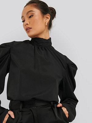NA-KD Trend Draped Sleeve Blouse svart