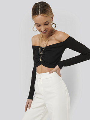Sara Sieppi x NA-KD Off Shoulder Gathered Top svart